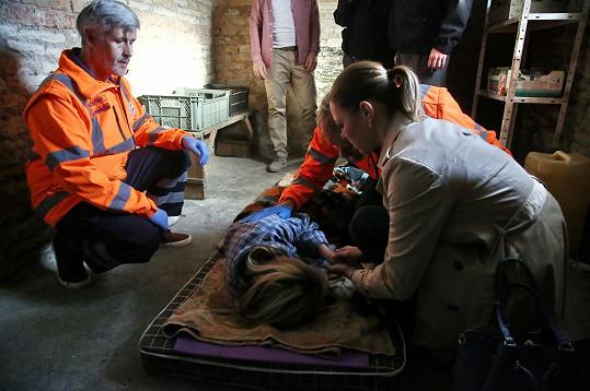 Petra Hobzová v péči záchranářů