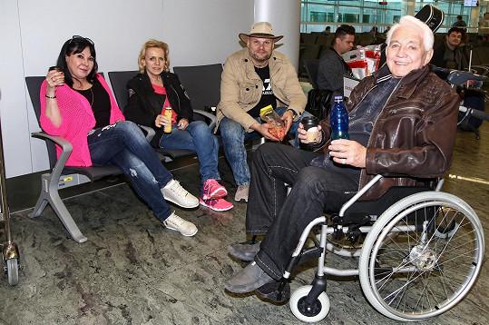 Jiří Krampol sedačku nepotřeboval, produkce mu kvůli jeho hendikepu s kolenem zařídila invalidní vozík.