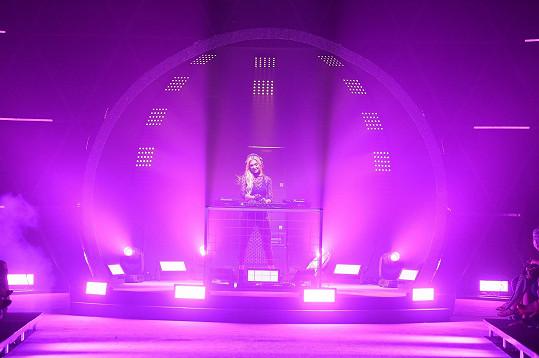 Bylo to velké překvapení, když se po otevření obří disco koule uvnitř objevila Paris Hilton.