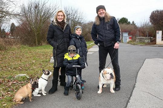 Pepa Vojtek s manželkou Jovankou, syny Adamem a Albertem a rodinnými psy.
