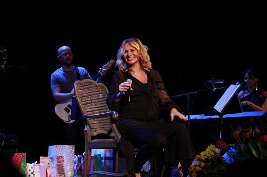 Většinu koncertu Monika seděla a mezi písněmi vyprávěla zážitky ze svého těhotenství.