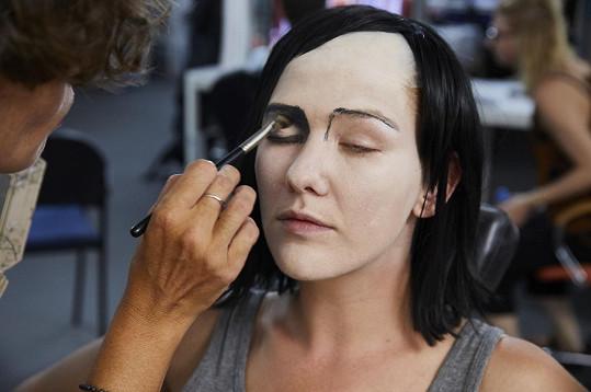 Proměně předcházela pečlivá práce maskérů.
