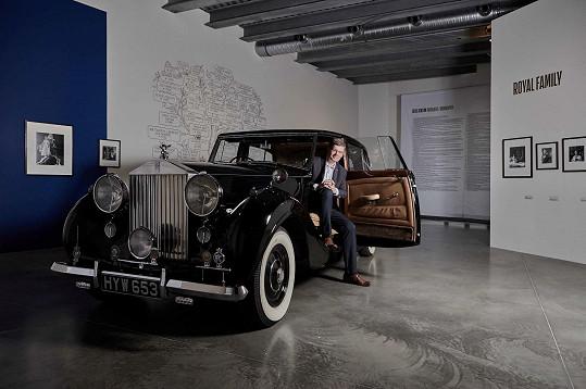 Pospíšil před exponátem, vozem Rolls Royce Silver Wraith z roku 1946, který je do výstavy umístěn jako odkaz na vozidla britské královské rodiny.