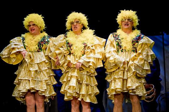 V představení o vtipné kostýmy nouze nebude.