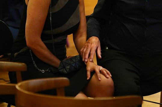 Eva neunikla jeho dotykům.