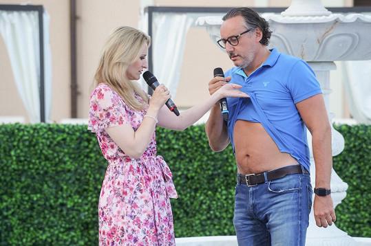 Na jevišti před vystoupením ukázal na výzvu moderátorky Lenky Špillarové i břicho.