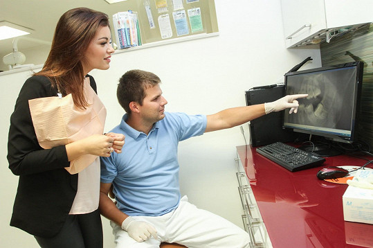 S lékařem sleduje svůj rentgen.