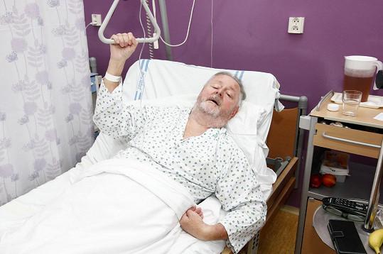 Jan Kuželka odpočívá po operaci tlustého střeva.
