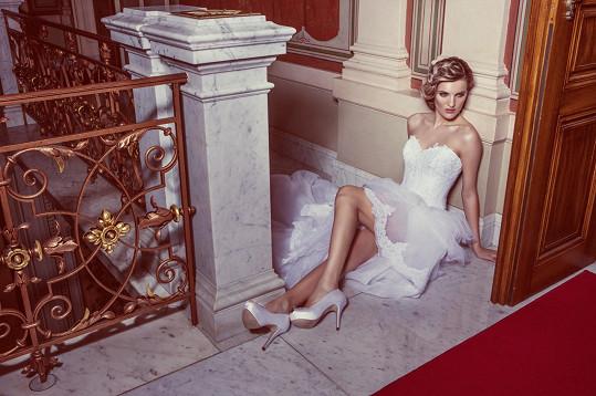 Procházková si znovu oblékla svatební šaty.