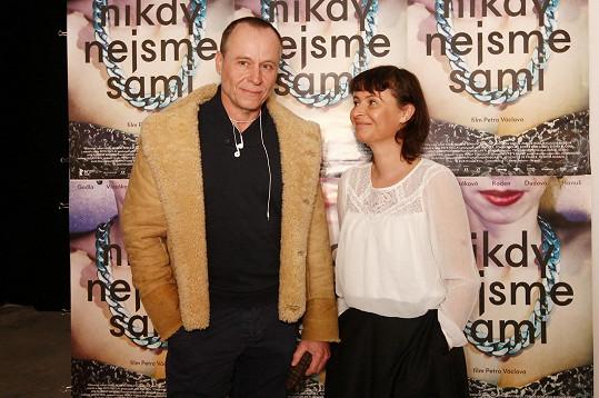 Karel Roden a Lenka Vlasáková si společně zahráli ve filmu Nikdy nejsme sami.