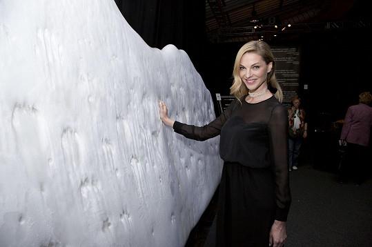 Modelka se dotkla mrazivého ledovce.