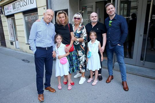 Přišli ho podpořit: dcera Kateřina s dcerkami, manželka Iva a syn Petr (vlevo) s přítelem Michalem.