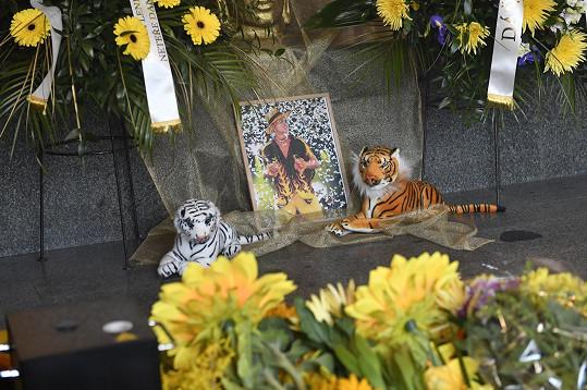 U rakve měl Daniel Nekonečný i své oblíbené plyšové tygry.