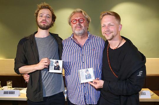 """S režisérem Davidem Drábkem (uprostřed) a kolegou Tomášem Havlínkem, který hraje """"sloního muže"""" Josepha Merricka, podle jehož příběhu muzikál vznikl."""