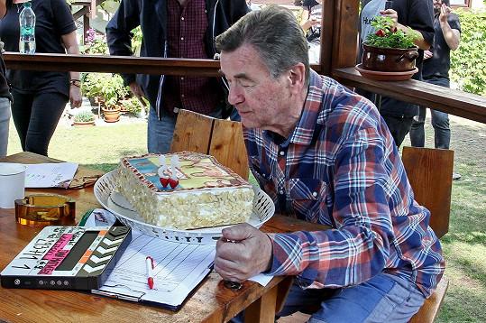 S kolegy ze seriálu Krejzovi nedávno slavil narozeniny.
