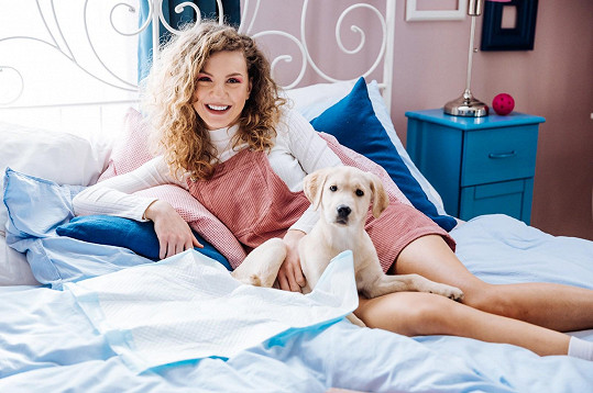 Ve výpravném videoklipu ztvárnila svoji první hereckou dvojroli.