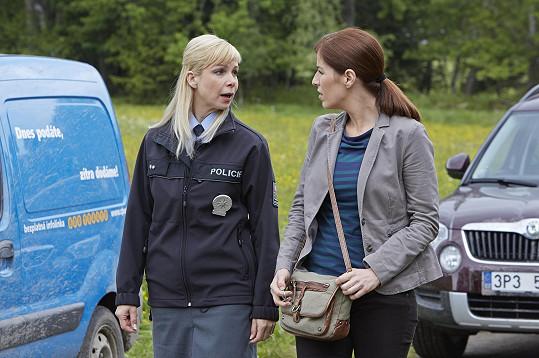 Nadřízenou poručice Krásenské představuje kriminalistka Jana Vinická, kterou hraje Soňa Norisová.