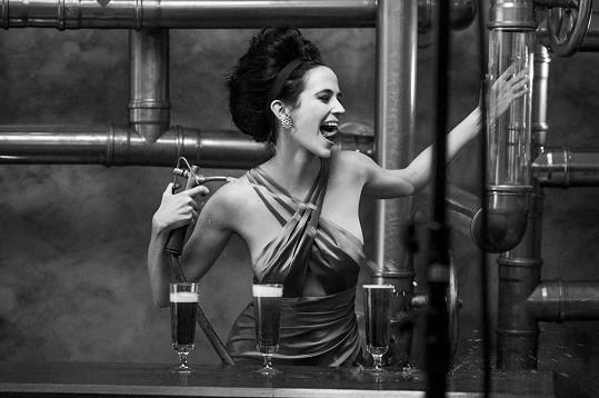 Půvabná Bond Girl se stala hlavní tváří kalendáře Campari.