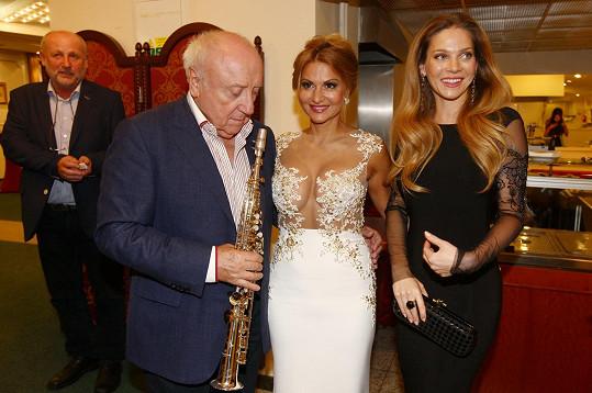 Známý saxofonista obdiv ke krásným ženám neskrývá.
