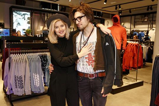 Emma a Jordan slavnostně otevřeli v pražském obchodním centru prodejnu známé sportovní značky a zároveň pomohli dobré věci.
