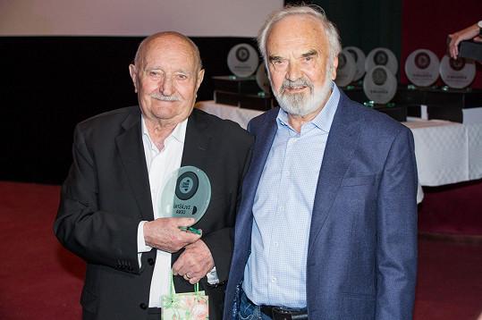 Josef Somr převzal ocenění z rukou Zdeňka Svěráka.