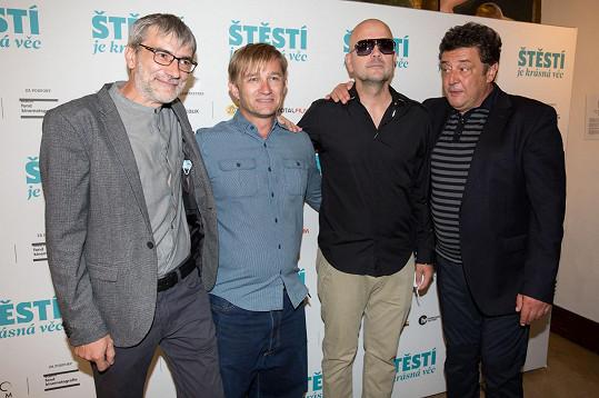 Část scén zvládl natočit Kryštof Michal (druhý zleva), který měl úlohu asistenta režie. Toho známe spíš jako frontmana kapely Portless.