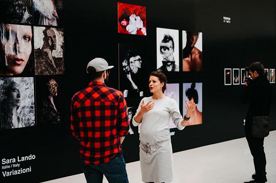 Těhotná herečka je hrdá na to, že může vystavovat své fotky v prestižním prostoru v Mánesu.