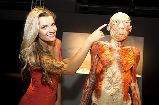 Veronika Procházková s jedním z vystavených těl