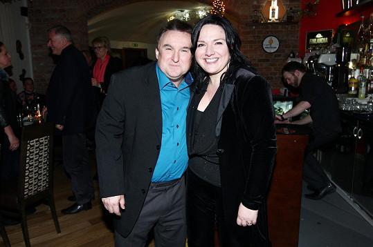 Jaroslav Sypal s Šárkou Rezkovou, která pořádala večírek na počest svého zesnulého manžela Jaroslava Brabce.