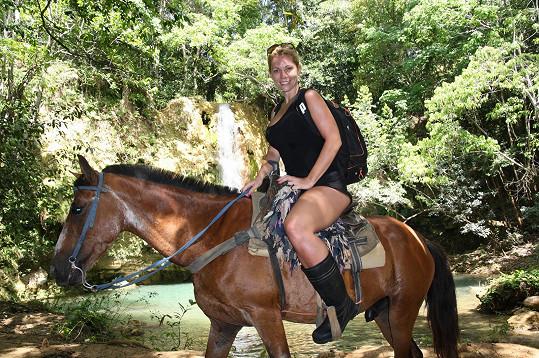 Míša na koních jezdí už léta, problémy jí to tak nedělalo.