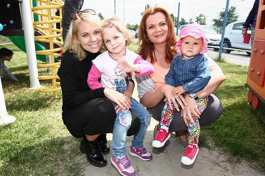 Míša s kamarádkou Karolinou Topolovou a jejich dcerami