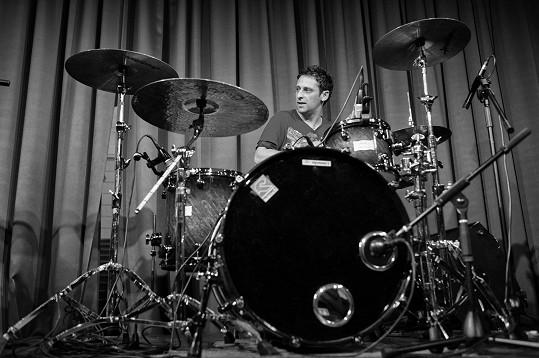 Martin hrál na bicí.