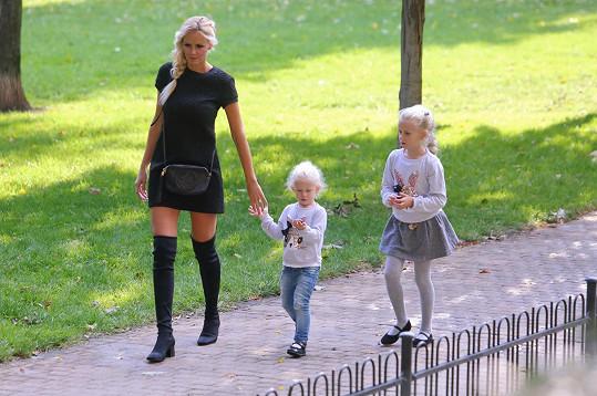 Česká Miss 2007 s dcerami Denisou a Vanessou tráví většinu svého času.