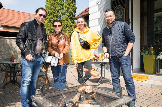 S kolegy z muzikálu Trhák na čarodejnickém opékání