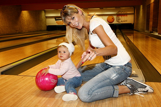 Iveta Vítová s dcerou na charitativním bowlingovém turnaji
