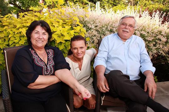 Jana Adamcová s rodiči Helenou a Janem. Otec Jan je jen o rok starší než její manžel Jiří.