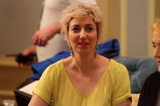 Ještě donedávna herečka měla blond vlasy. Teď se vrátila k tmavě červené, která jí moc sluší.