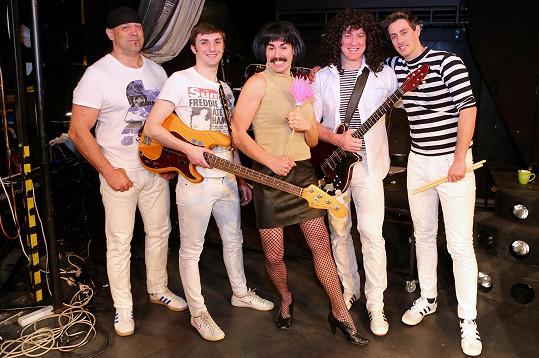 Představitel Freddieho Michael Kluch se svou kapelou Queenie