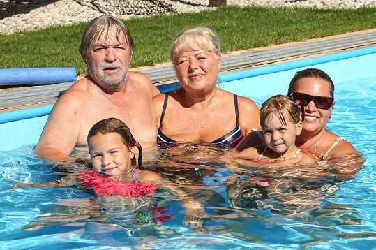 Roman Skamene s manželkou, dcerou a vnučkami