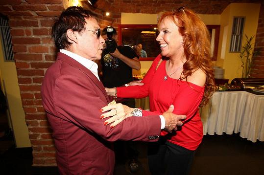 Vřele se zdravíl s Marcelou Holanovou, která na akci zpívala...