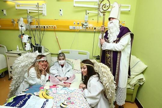 Libor s partou ve složení Vendula Pizingerová, Agáta Prachařová a Vašek Bárta potěšil malé pacienty.