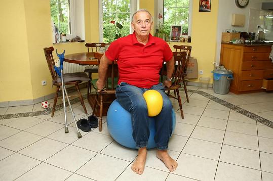 Takto Ivan cvičí každý den, aby byl zase brzy fit.