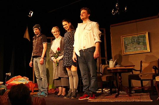 Při závěrečné děkovačce. Společně s Carmen Mayerovou v představení hrají Franta Skopal a Robert Hájek.