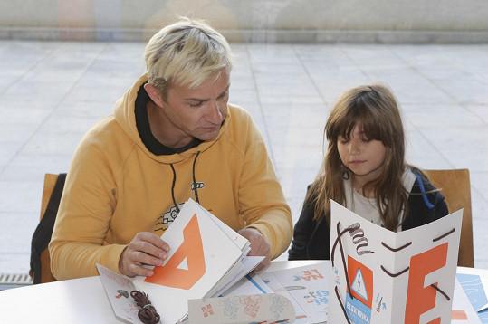 Kryštof Michal si s dcerou prohlížel interaktivní knihu.