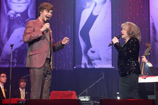 Vojta Dyk s Evou Pilarovou zazpíval Montiho čardáš.