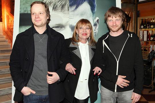 Jana Šulcová pózuje se svými filmovými syny - bratry Hádkovými.