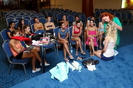 Dívky s Martinou, která jim ukazuje taje make-upu.