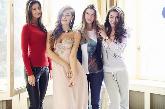 Modelka s fotografkou Kateřinou Novotnou a zbytkem týmu