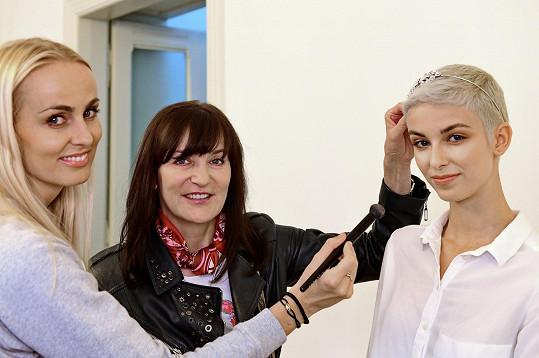 Se Sárou začínají spolupracovat i čeští tvůrci včetně Beaty Rajské.