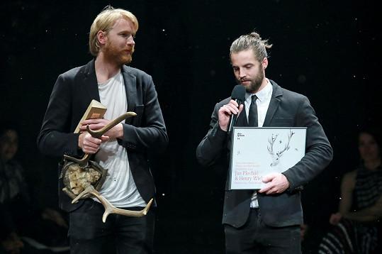 Hlavní cenu Designbloku si letos odnesl přítel zpěvačky Markéty Jakšlové Jan Plecháč a jeho kolega Henry Wielgus, jedni z nejvýraznějších současných českých designérů.